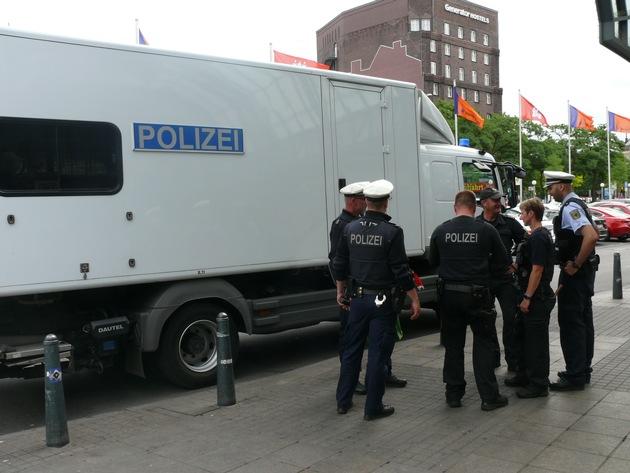 Einsatzende: Einsatzkräfte am Fahrzeug des Entschärfungsdienstes am Hamburger Hauptbahnhof- Foto: Bundespolizei