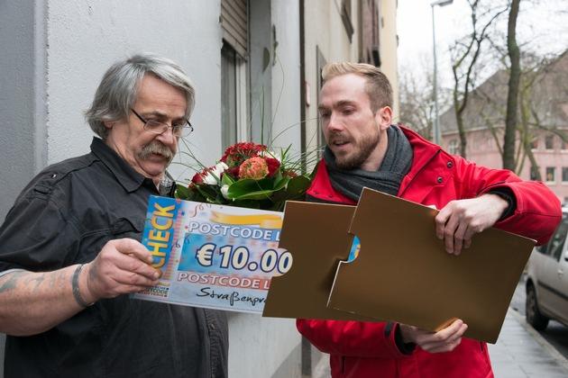 Scheck Nummer eins ist fast geschafft: Heinrich erfährt, wie hoch die Gewinnsumme ist. Foto: Postcode Lotterie/Wolfgang Wedel