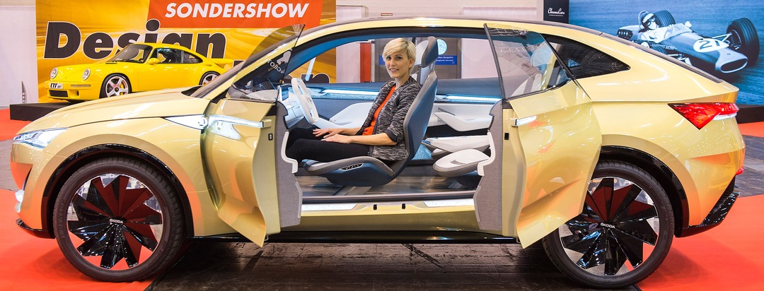 """Er könnte das neue Reichweiten-Wunder unter den Stromern werden: Mit dem Konzeptauto Skoda VISION E schickt der tschechische Autobauer das erste reine Elektrofahrzeug der Unternehmensgeschichte ins Rennen - abgerundet durch Features für autonomes Fahren der Stufe 3. Dank des starken Lithiumionen-Akkus und einer optimalen Energierückgewinnung schafft der SUV 500 Kilometer. Auch für Model Doretta eine elektrisierende Begegnung. Weitere Designstudien und Unikate erwarten Besucher und Fans auf der Essen Motor Show vom 2. bis zum 10. Dezember (1. Dezember: Preview Day) in der Messe Essen. Über 500 Aussteller rocken das PS-Festival mit Neuheiten und Premieren.  --- 29-11-2017/Essen/Germany Foto:Rainer Schimm/©MESSE ESSEN GmbH. Weiterer Text über ots und www.presseportal.de/nr/50637 / Die Verwendung dieses Bildes ist für redaktionelle Zwecke honorarfrei. Veröffentlichung bitte unter Quellenangabe: """"obs/Messe Essen GmbH/Rainer Schimm/MESSE ESSEN"""""""