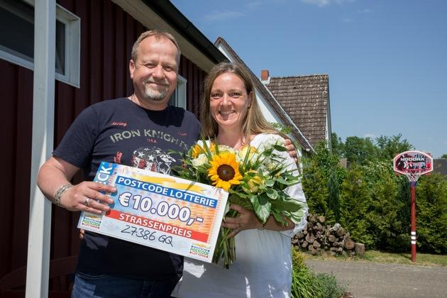 Peter und Tina strahlen mit der Sonne um die Wette. Foto: Postcode Lotterie/Wolfgang Wedel