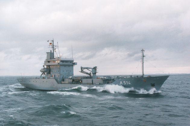 """Archivfoto: Bei stürmischer See nimmt """"Werra"""" Fahrt auf. Foto: Deutsche Marine."""