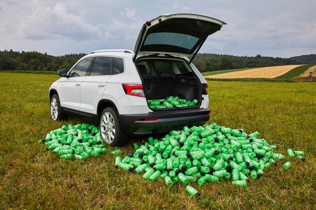 """SKODA KAROQ mit VarioFlex-Rückbank bietet Platz für bis zu 1.000 Trinkflaschen. Bidons pflastern ihren Weg: Während der Tour de France leert ein Team bis zu 1.000 dieser Trinkflaschen pro Woche. Der Laderaum des SKODA KAROQ bietet genug Platz für diese Menge an Durstlöschern. Weiterer Text über ots und www.presseportal.de/nr/28249 / Die Verwendung dieses Bildes ist für redaktionelle Zwecke honorarfrei. Veröffentlichung bitte unter Quellenangabe: """"obs/Skoda Auto Deutschland GmbH"""""""