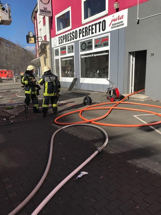 Entrauchung des Gebäudes unter Einsatz eines Hochleistungslüfters  Bild: Feuerwehr Bochum