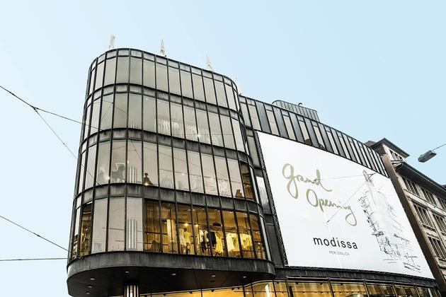"""Modissa dans la rue de Zurich « Bahnhofstrasse » est la première maison de mode en Suisse avec une protection solaire intelligente grâce à SageGlass® - un vitrage à teinte variable électroniquement. Texte complémentaire par ots et sur www.presseportal.ch/fr/pm/100057856 / L'utilisation de cette image est pour des buts redactionnels gratuite. Publication sous indication de source: """"obs/SageGlass/Vetrotech/Modissa (2015)"""""""