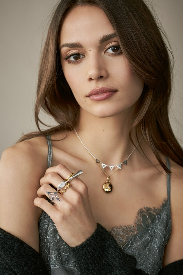 """Different retro styles of the THOMAS SABO Autumn/Winter 2018 Collection: Vintage rings, decorated with fine diamonds and heritage jewellery items from the founding years of THOMAS SABO are experiencing a modern update. Medallions radiate a touch of nostalgia and offer space to conceal small photos or mementos. Image exclusively for editorial use until 30.06.2019. Please quote the source: """"obs/THOMAS SABO GmbH & Co.KG"""""""