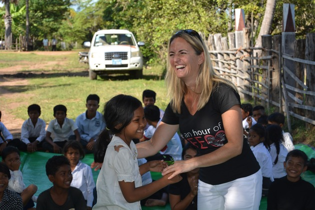 Vicki Sorg mit PM-Patenkindern in Kambodscha.