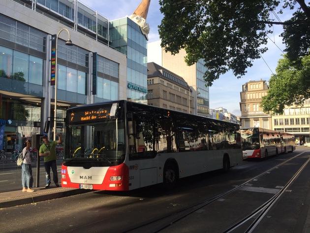 Bildangebot / Nacht der Technik / Infopunkt und Shuttlebusse am Neumarkt