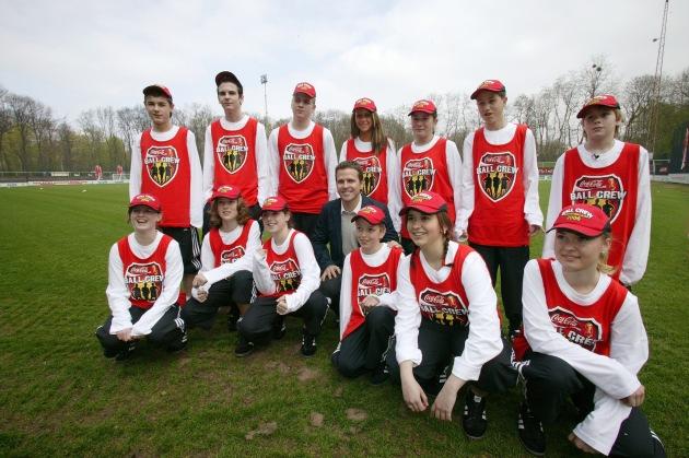 """Die Coca-Cola Ball Crew trainierte am 22. April 2006 mit Oliver Bierhoff im Trainingscamp Köln für den Einsatz als Balljungen und -mädchen bei der FIFA WM 2006(TM). Die Verwendung dieses Bildes ist für redaktionelle Zwecke honorarfrei. Abdruck bitte unter Quellenangabe: """"obs/Coca-Cola GmbH"""""""