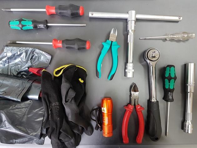 aufgefundenes Werkzeug und Müllbeutel