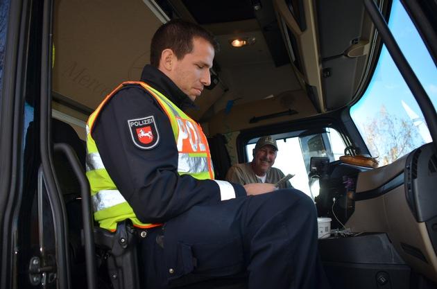 LKW-Fahrer bei der Kontrolle - hier ist alles in Ordnung