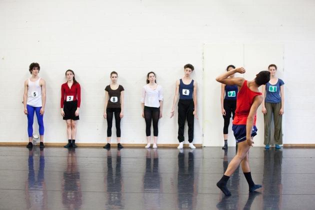 Kandidaten des Tanz-Wettbewerbs 2010 des Migros-Kulturprozent bei einer zeitgenössischen Improvisation (Foto: Miriam Elias)