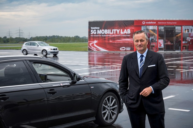 Vodafone Deutschland CEO Hannes Ametsreiter steuert den Verkehr der Zukunft.