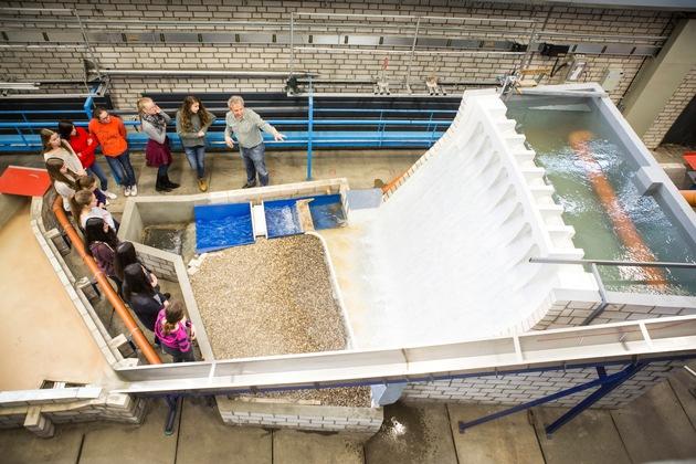 Experimente im Wasserbaulabor (Foto: Thilo Schmülgen / TH köln)