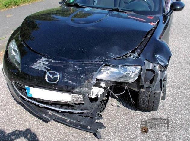 Der Mazda wurde im Frontbereich stark beschädigt; der Fahrer zog sich bei der Kollision Verletzungen zu.