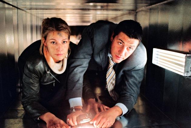 Die Explosion - U-Bahn-Ticket in den Tod, am 22.01.2002 um 20.15 Uhr. Claudia Rettner (Sophie Schütt, l.) und Jon Gerom (Gregor Törzs, r.) versuchen auf eigene Faust aus dem U-Bahn-Schacht zu entkommen, denn inzwischen sind in der Decke erste Risse zu sehen - unaufhörlich sickern Wasser und Schlamm in den Schacht. Foto: Sat.1/Spauke