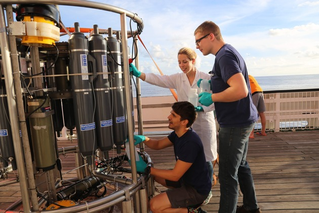 Charlotte Kleint with guest scientist Jan Hartmann (left) and former undergraduate student Nico Fröhberg filling in water samples during the research trip SO253. Photo: Marie Heidenreich