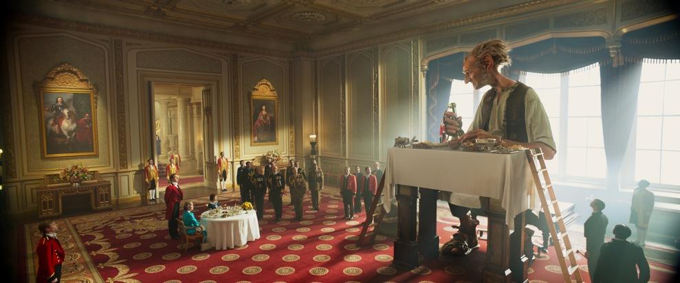 Der BFG (Mark Rylance) und Sophie (Ruby Barnhill) frühstücken bei der Queen (Penelope Wilton) im Palast. © 2016 Constantin ...