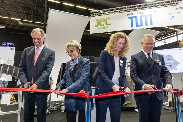 SGL Group auf der JEC World 2018: Eröffnung des Fiber Placement Centers zusammen mit Fraunhofer IGCV. V.l.n.r.: Prof. Dr. Klaus Drechsler, Frédérique Mutel, Hannah Paulus, Andreas Wüllner