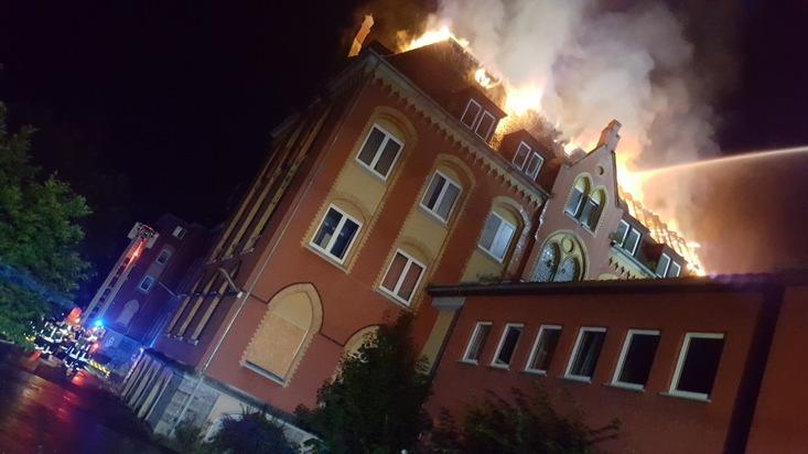 Der Dachstuhl der ehemaligen Salus-Klinik in Oeventrop wurde ein Raub der Flammen. Foto: FW Arnsberg