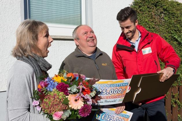 """Walter auf Wolke sieben: Der Monatsgewinner (Mitte) freut sich mit Frau Ingrid und Postcode-Moderator Giuliano über den Gewinn von 250.000 Euro. Foto: """"Postcode Lotterie/Wolfgang Wedel"""""""
