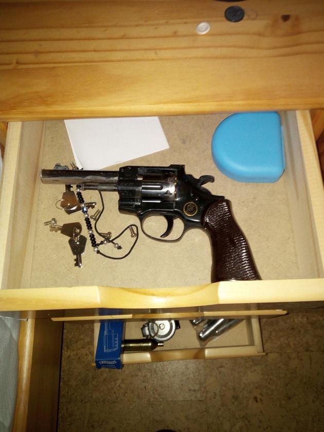 geladener Revolver im Nachttisch