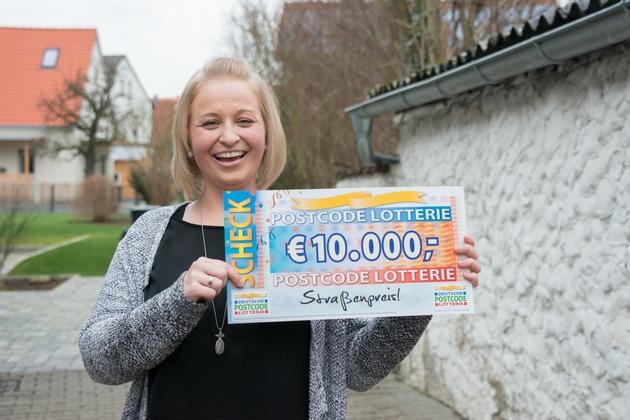 Ein Los, 10.000 Euro - für Carolin aus Gundelsheim hat sich die Teilnahme gelohnt. Foto: Postcode Lotterie/Wolfgang Wedel