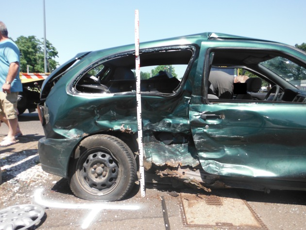 POL-DN: Schwerer Verkehrsunfall fordert vier Verletzte