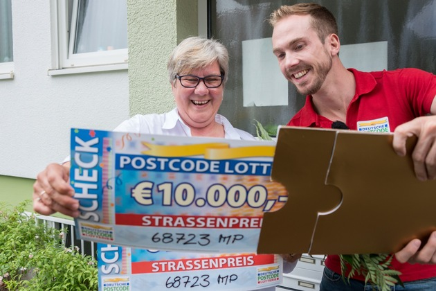 Überraschungsmoment: Angelika erfährt, wie hoch die Gewinnsumme ist. Foto: Postcode Lotterie/Wolfgang Wedel