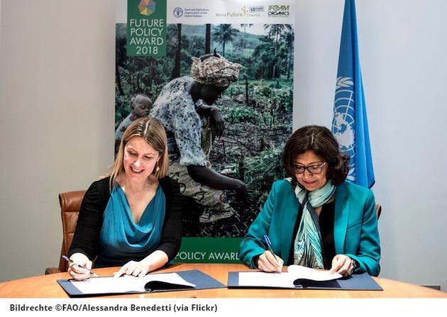 Alexandra Wandel (WFC) und Maria Helena Semedo, (FAO) bei der Unterzeichnung des Memorandums. BILDRECHTE: ©FAO/Alessandra Benedetti