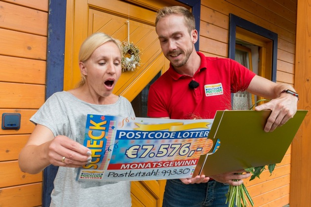 Postleitzahl-Gewinnerin Ivonn, hier mit Postcode-Moderator Felix Uhlig, strahlt vor Freude über den Gewinn von zweimal 7.576 Euro. Foto: Postcode Lotterie/Wolfgang Wedel