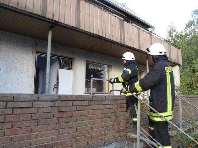 Am 29. September rückte ein Großaufgebot der Arnsberger Feuerwehr zu einem gemeldeten Wohnungsbrand in die Arnsberger Wolfsschlucht aus. Letztlich brannte glücklicherweise nur ein Sofa in dem leerstehenden Gebäude.