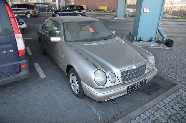 Auffindesituation: der gesuchte Mercedes auf dem Parkplatz unter der Autobahnbrücke