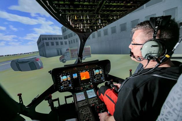 """Das Cockpit im Simulator ist eine exakte 1:1 Nachbildung der H145. Die Schalter und Bedienelemente sind identisch mit dem Original-Hubschrauber. ADAC HEMS Academy: Dritter Flugsimulator zertifiziert / Neuer H145-Full-Flight-Flugsimulator für Training der Luftrettungspiloten / Schulung für Piloten und medizinische Crews unter einem Dach / Weiterer Text über ots und www.presseportal.de/nr/122834 / Die Verwendung dieses Bildes ist für redaktionelle Zwecke honorarfrei. Veröffentlichung bitte unter Quellenangabe: """"obs/ADAC SE/ADAC SE / Christoph Papsch"""""""