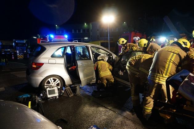 FW Ratingen: Schwerer Verkehrsunfall - Zwei verletzte Personen