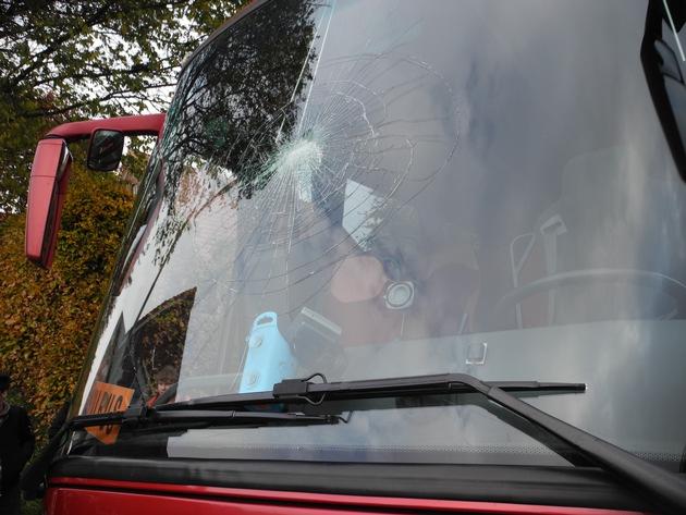 Busfrontscheibe beschädigt