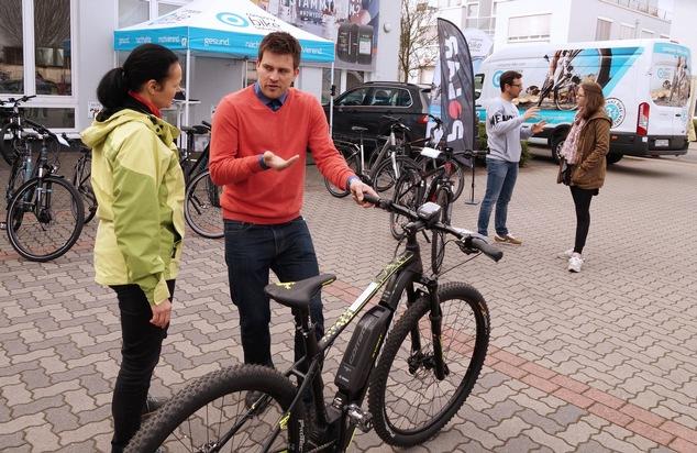 Rad-Informationstag bei POLAR Deutschland: Mitarbeiterin lässt sich von einem Experten der Firma company bike solutions beraten