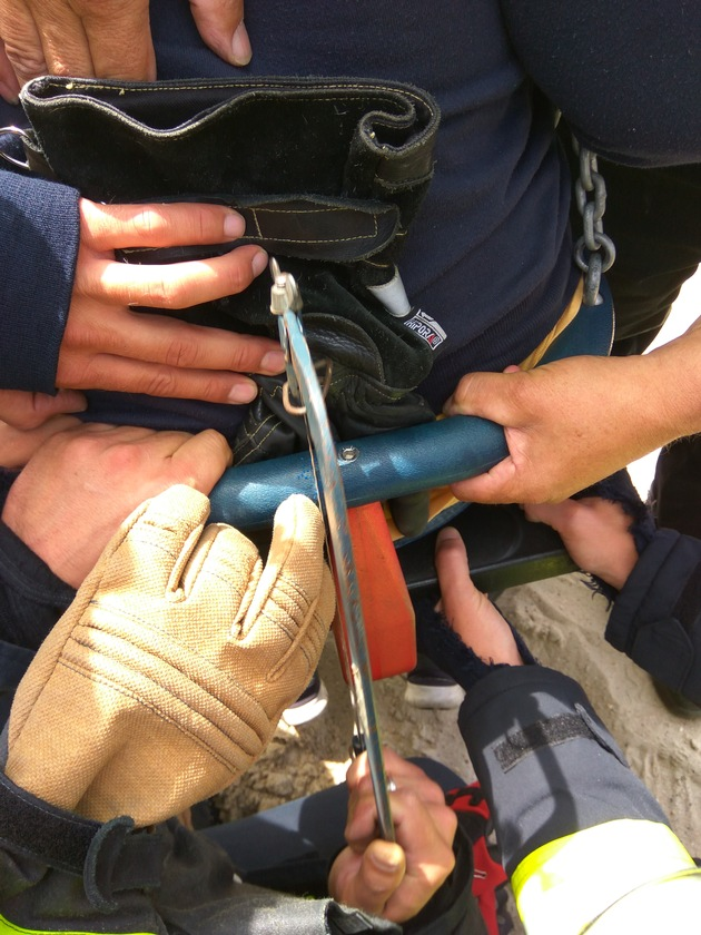 FW-KLE: Jugendliche steckt in Schaukel fest