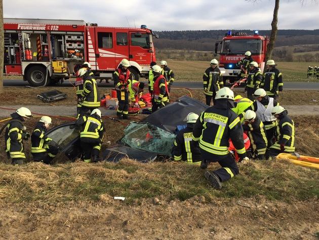 Der Fahrzeugführer musste durch die Rettungskräfte aus dem Pkw befreit werden