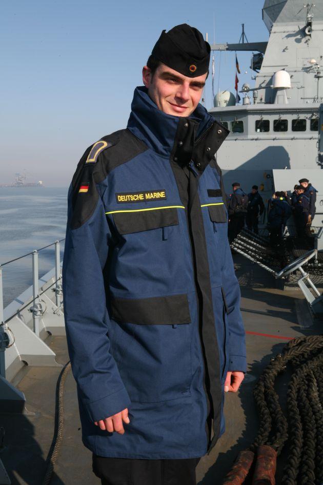 Ein Obermaat der Deutschen Marine im Bordparka. Foto: Ricarda Schönbrodt, Deutsche Marine