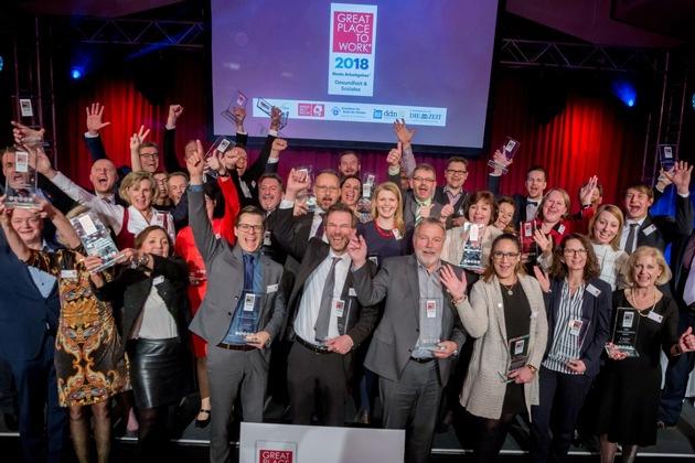 Arbeitgeber und Arbeitnehmer freuen sich gemeinsam: Unter den prämierten Unternehmen auch die Schön Klinik Berchtesgadener Land (Klinikleiter Philipp Hämmerle, 4. v. li.). ©Great Place to Work