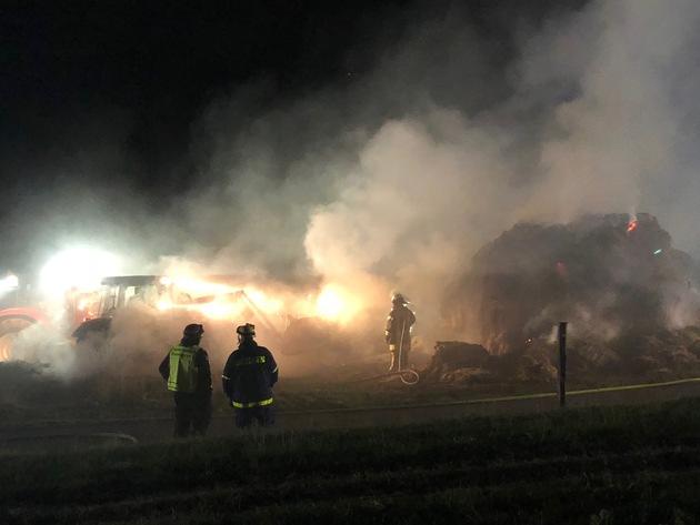 Brennende Strohballen auf Schweflinghausen