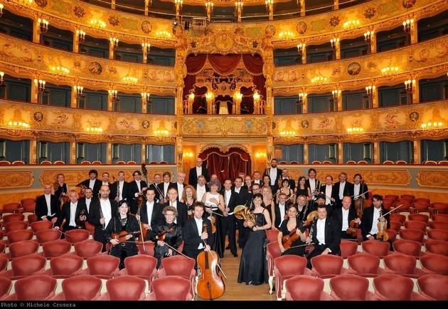 """L'Orchestra Filarmonica della Fenice nel celebre teatro dell'opera veneziano. Testo complementare con ots e su www.presseportal.ch/fr/nr/100009795?langid=4 /  L' utilizzo di quest'immagine è gratuito per scopi redazionali. Pubblicazione sotto indicazione di fonte: """"obs/Migros-Genossenschafts-Bund Direktion Kultur und Soziales/Michele Crosera"""""""
