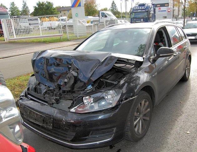 Der Pkw des Unfallverursachers, der auf das Heck seines Vordermannes gekracht war.