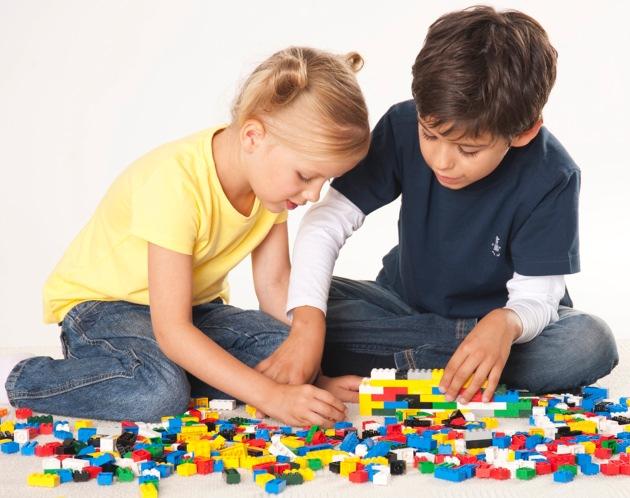 """Mehr Spielen, weniger Fernsehen: Mädchen und Junge beim Bauen mit LEGO Steinen/Am fernsehfreien Tag, am 28. Mai, sind die kleinen Zuschauer aufgerufen, die Mattscheibe einmal ausgeschaltet zu lassen und sich den Tag anders zu vertreiben - mit wertvoller Zeit, die für Freunde und Familie da ist, für Spiel, Spaß und Action. Weiterer Text ueber ots und auf https://www.presseportal.ch. Die Verwendung dieses Bildes ist fuer redaktionelle Zwecke honorarfrei. Veroeffentlichung unter Quellenangabe: """"obs/LEGO GmbH""""."""