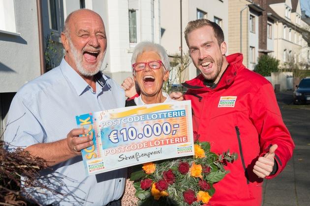 Freude pur! Straßenpreis-Gewinner Dieter (l.) mit Ehefrau Christel und Postcode-Moderator Felix Uhlig (r.). Foto: ?Postcode Lotterie/Wolfgang Wedel?
