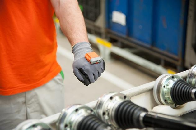 Smart-Handschuh: SKODA Logistik setzt auf Zukunftstechnologie