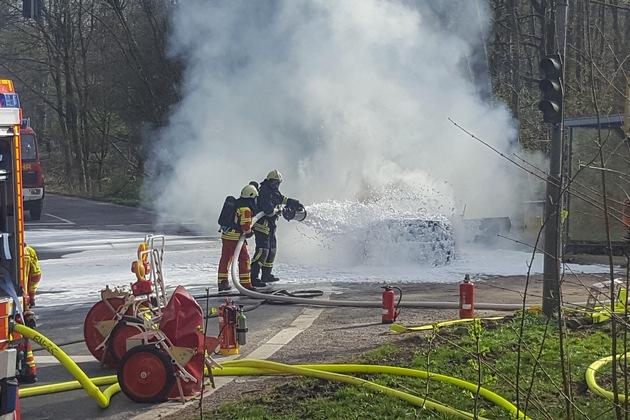 FW-Heiligenhaus: Feuer vernichtete Cabrio (Meldung 10/2018)