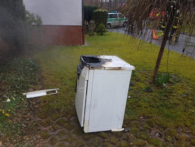 Das Foto zeigt den betroffenen Trockner nachdem er von den Einsatzkräften aus dem Keller geborgen wurde.  Fotos: Feuerwehr Bochum