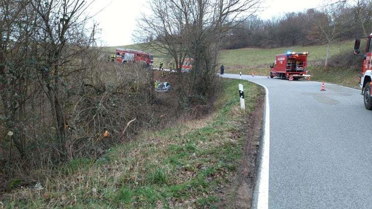 Rund 30 Meter durch Hecken und Unterholz fuhr am Sonntagnachmittag ein 78-Jähriger mit seinem Wagen, bevor das Auto an einem Steilhang zum Stehen kam.