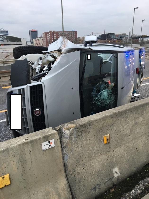 POL-PPRP: Verkehrsunfall mit umgekipptem PKW
